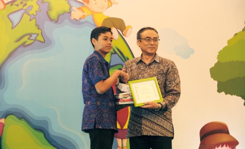 """Pemenang kedua, I Wayan Amerta Nur Pradnyana (15 tahun), dengan karya berjudul """"Reuse."""""""