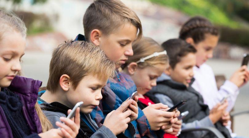 Anak kecil sedang asik bermain smartphone - Smartphone, Gaya Hidup atau Kebutuhan?